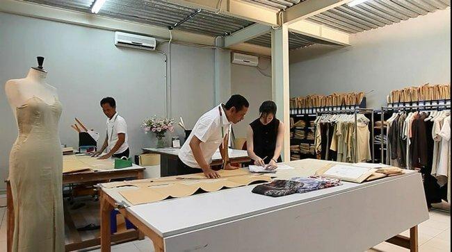 Hàng mẫu và phòng mẫu giữ vai trò vô cùng quan trọng trong quy trình sản xuất hàng may mặc. Nguồn ảnh: garmentsmerchandising.com