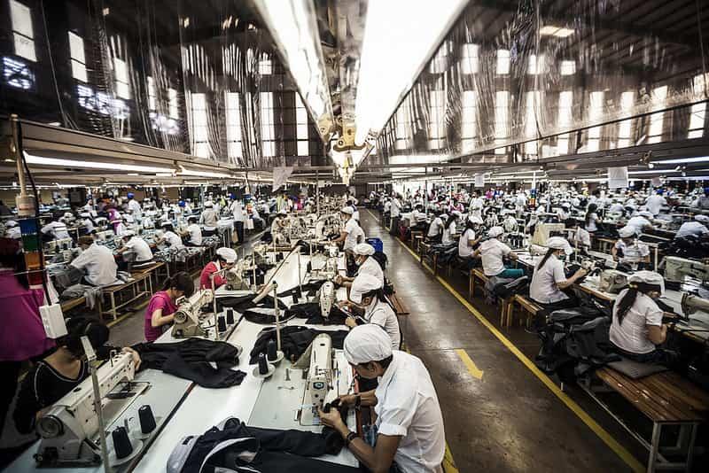 Công nghệ may tạo nên những sản phẩm may mặc đa dạng thông qua quy trình sản xuất chuyên nghiệp và dây chuyền sản xuất công nghiệp hiện đại.